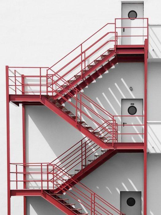 Tiêu chuẩn thang thoát hiểm nhà cao tầng quy định chiều cao cửa đi và lối đi