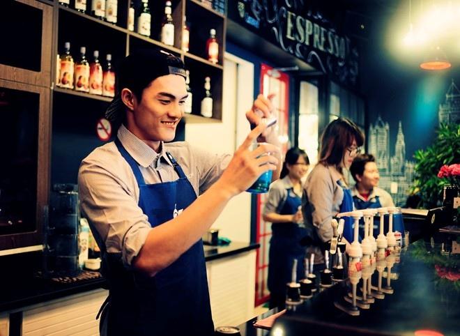 Nhân viên pha chế quán cafe