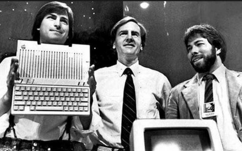 Steve Jobs, Steve Wozniak và Ronald Wayne là nhóm Co - Founder của Apple